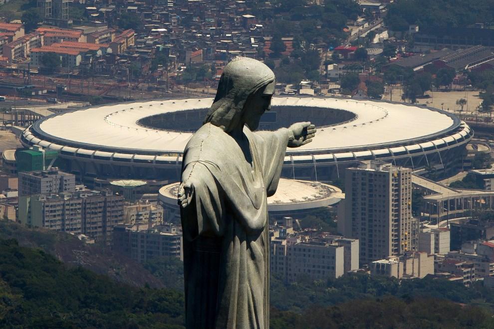 23.BRAZYLIA, Rio de Janeiro, 12 listopada 2013: Pomnik Chrystusa Odkupiciela na tle stadionu Maracana. (Foto: Buda Mendes/Getty Images)