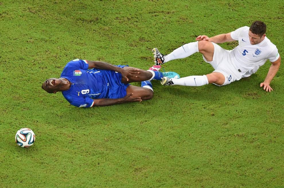 23.BRAZYLIA, Manaus, 14 czerwca 2014: Mario Balotelli faulowany i Gary Cahill walczą o piłkę. (Foto: Pool/Getty Images)