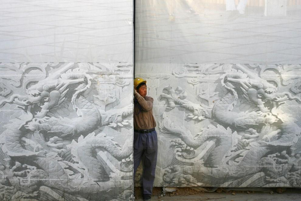23.CHINY, Pekin, 25 kwietnia 2008: Robotnik pracujący przy rewitalizacji placu Tiananmen.  (Foto: China Photos/Getty Images)