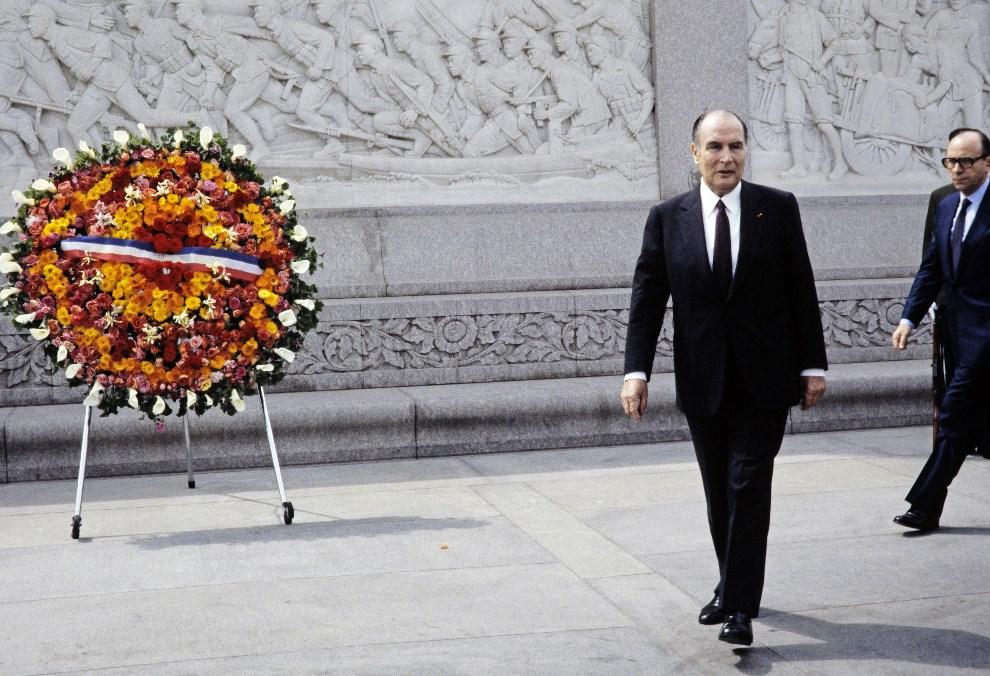 24.CHINY, Pekin, 5 maja 1983: François Mitterrand składa kwiaty przed pomnikiem na placu Tiananmen. AFP