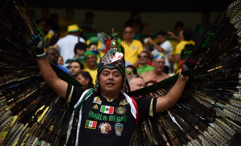 24.BRAZYLIA, Fortaleza, 17 czerwca 2014: Meksykańscy kibice na trybunach Castelao Stadium. AFP PHOTO / VANDERLEI ALMEIDA