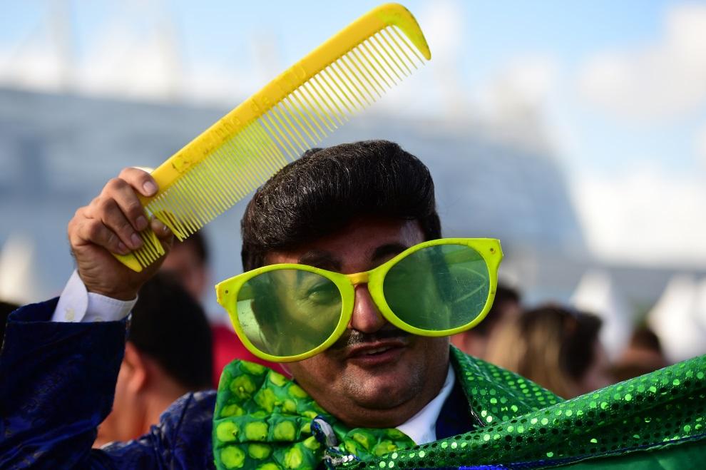 24. BRAZYLIA, Recife, 29 czerwca 2014: Kibic na trybunach podczas meczu Kostaryka – Grecja. AFP PHOTO / RONALDO SCHEMIDT