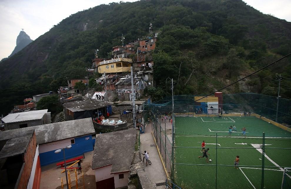 24.BRAZYLIA, Rio de Janeiro, 7 czerwca 2014: Boisko do piłi nożnej w faweli Santa Marta. (Foto: Mario Tama/Getty Images)
