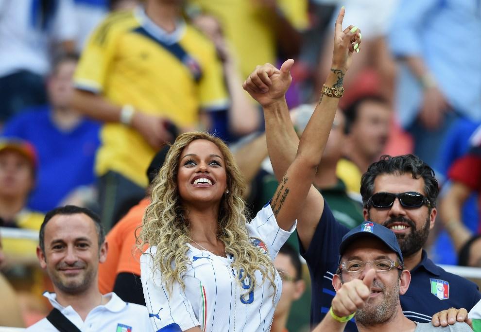 24.BRAZYLIA, Manaus, 14 czerwca 2014: Fanny Neguesha, narzeczona Mario Balotelliego, na trybunach stadionu w Manaus. (Foto: Claudio Villa/Getty Images)