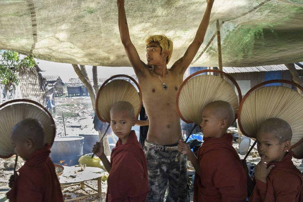 24.MJANMA, Rangun, 9 marca 2014: Muzycy z grupy punkowej rozstawiają namiot dla młodych mnichów. (Foto: Getty Images/Getty Images)