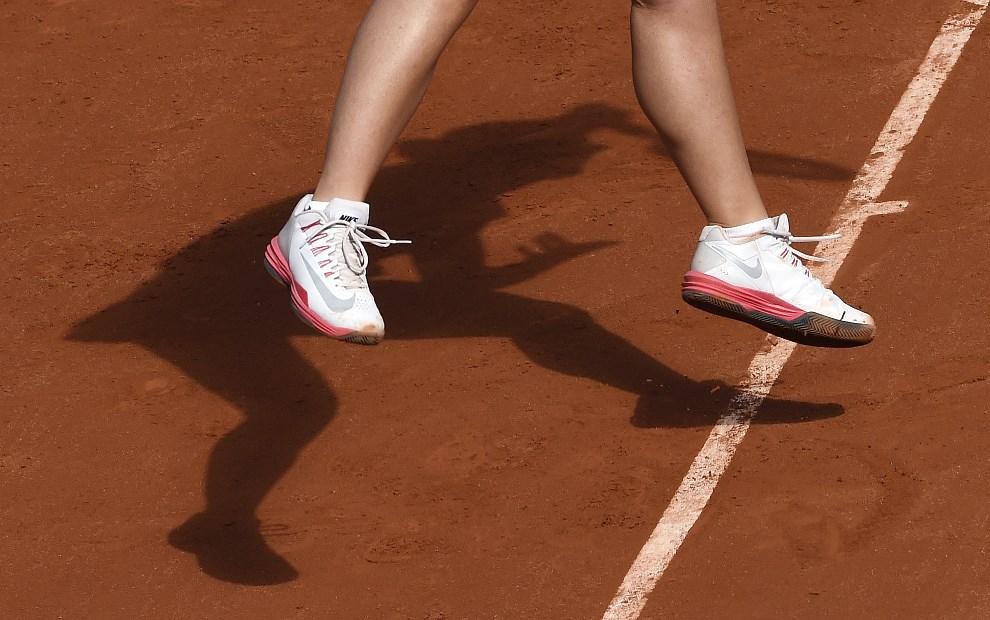 25.FRANCJA, Paryż, 4 czerwca 2014: Sara Errani grająca z Andreą Petkovic podczas turnieju na kortach Roland Garros. AFP PHOTO / MIGUEL MEDINA
