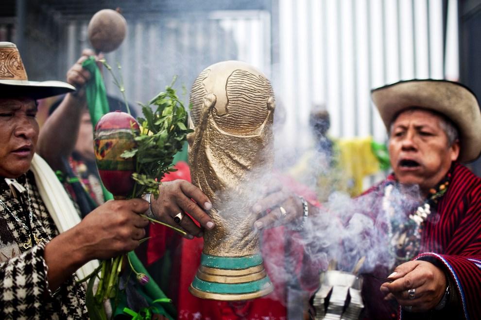 25.PERU, Lima, 10 czerwca 2014: Peruwiańscy szamani przed stadionem w Limie. AFP PHOTO/ERNESTO BENAVIDES
