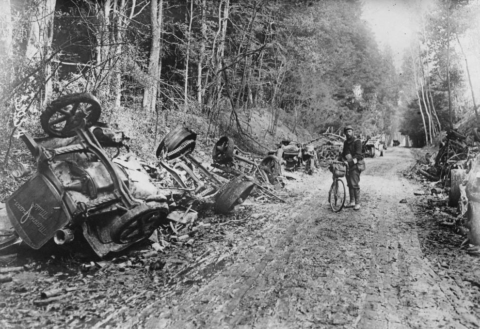 25.FRANCJA, Aisne, 1914: Żołnierz pośród pozostałości z niemieckiego konwoju. (Foto: Topical Press Agency/Getty Images)