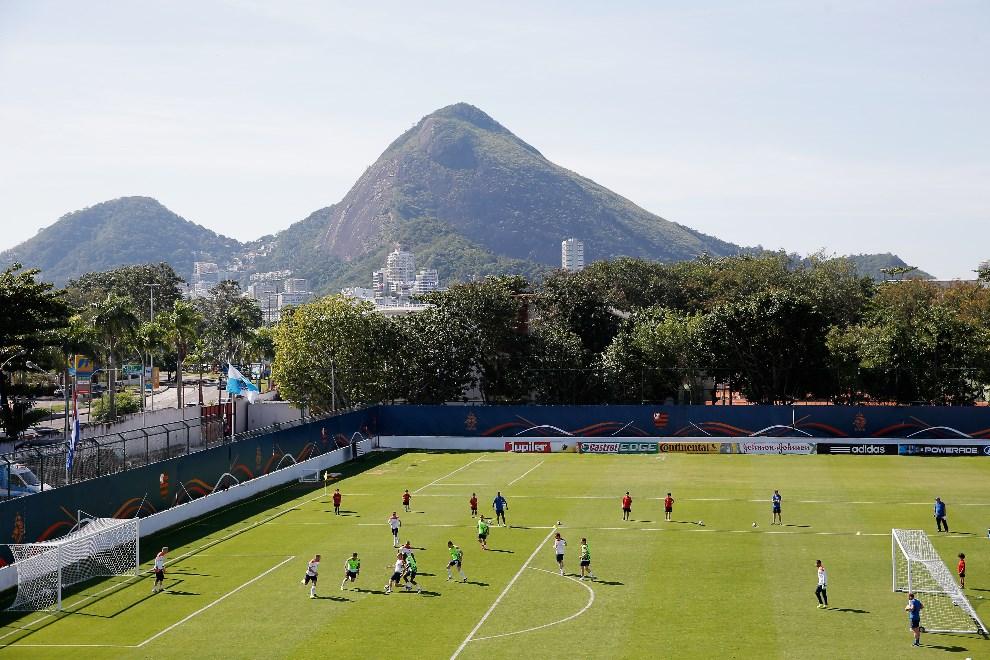 25.BRAZYLIA, Rio de Janeiro, 8 czerwca 2014: Trening reprezentacji Holandii. (Foto: Dean Mouhtaropoulos/Getty Images)
