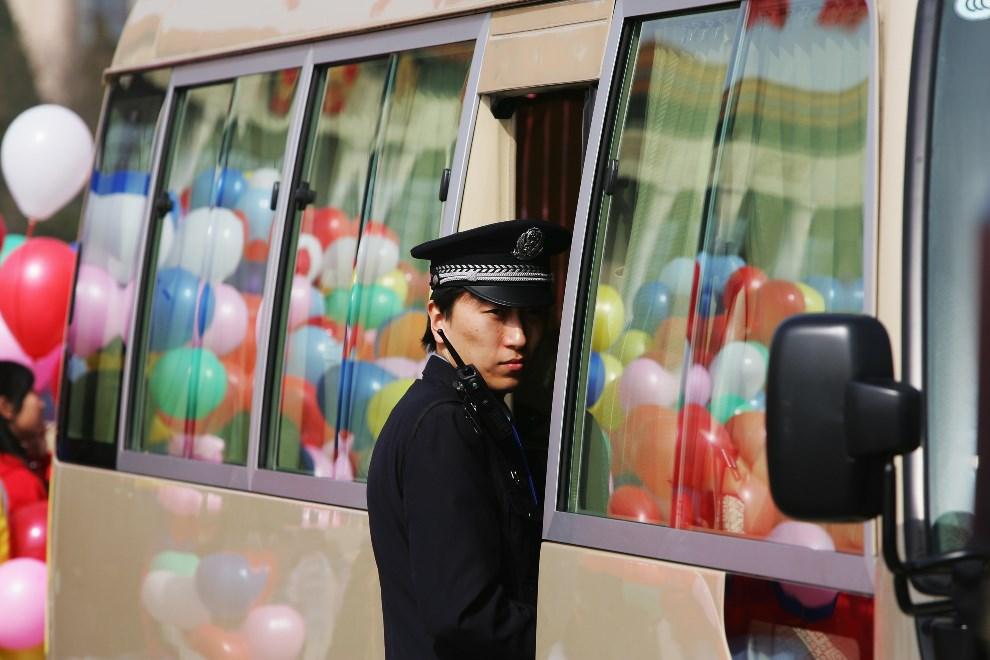 25.CHINY, Pekin, 31 marca 2008: Policjant w trakcie uroczystości otwierających Olimpiadę. (Foto: Guang Niu/Getty Images)