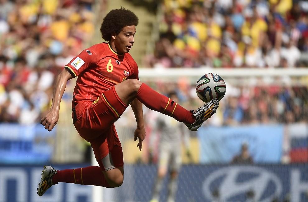 26.BRAZYLIA, Rio de Janeiro, 22 czerwca 2014: Axel Witsel przyjmuje piłkę w meczu Belgia – Rosja. AFP PHOTO / MARTIN BUREAU