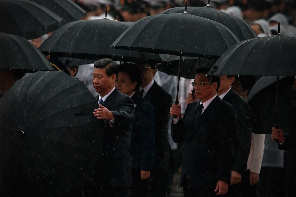 26.CHINY, Pekin, 1 października 1949: Prezydent Xi Jinping (po lewej) w towarzystwie premiera Li Keqiang (po prawej) na placu Tiananmen. (Foto: Feng Li/Getty   Images)
