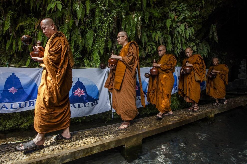 26.INDONEZJA, Temanggung, 13 maja 2014: Pięciu buddyjskich mnichów niosących pięć dzbanó świętej wody. (Foto: Ulet Ifansasti/Getty Images)