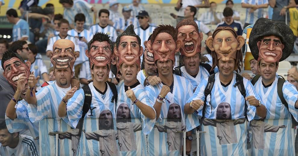 27.BRAZYLIA, Belo Horizonte, 21 czerwca 2014: Kibice a Argentyny na trybunach stadionu Mineirao. AFP PHOTO / JUAN MABROMATA