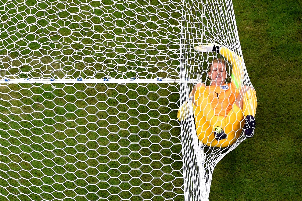 27.BRAZYLIA, Manaus, 14 czerwca 2014: Joe Hart wpada do siatki przy drugim golu dla Włoch. (Foto: Francois Xavier Marit - Pool/Getty Images)