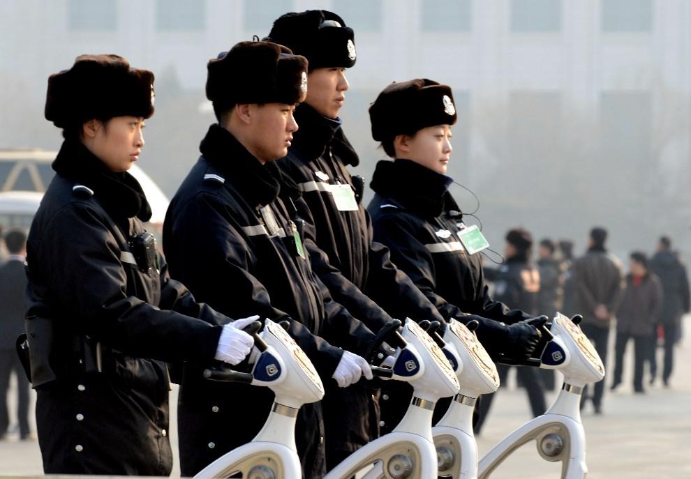 28.CHINY, Pekin, 9 marca 2014: Policjanci pilnujący porządku na placu Tiananmen. AFP PHOTO/GOH CHAI HIN