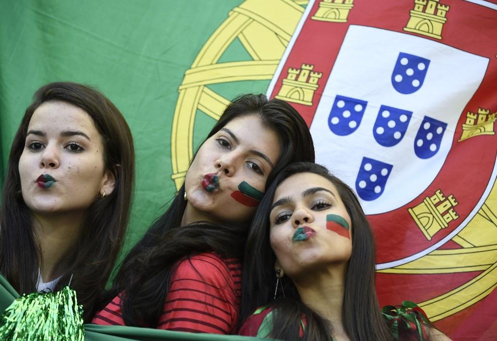 28.BRAZYLIA, Salvador, 16 czerwca 2014: Portugalskie kibicki przed rozpoczęciem meczu Niemcy – Portugalia. AFP PHOTO / PATRIK STOLLARZ
