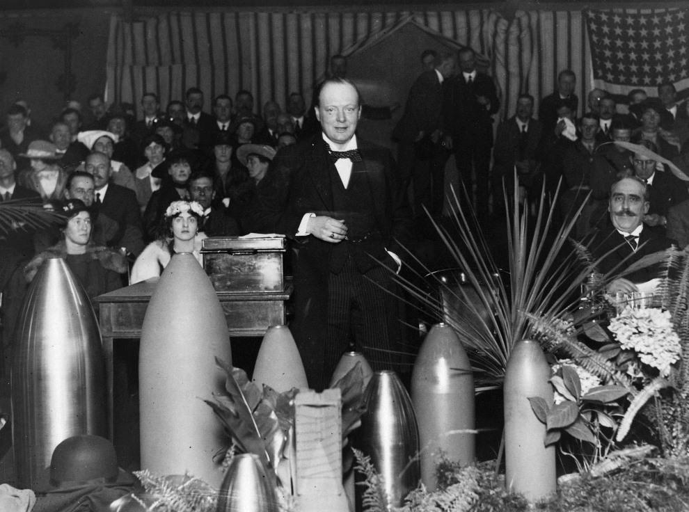 28.WIELKA BRYTANIA, Ponders End: Winston Churchill przemawiający w fabryce amunicji. (Foto: Hulton Archive/Getty Images)