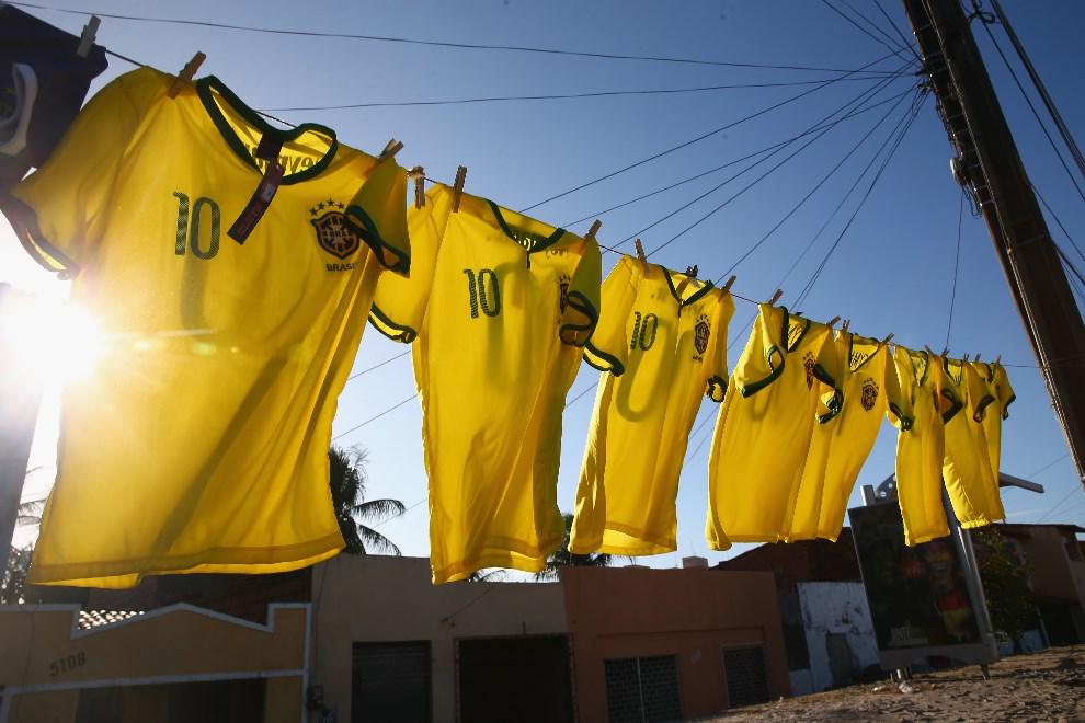 28.BRAZYLIA, Rio de Janeiro, 10 czerwca 2014: Koszulki reprezentacji Brazylii rozwieszone w pobliżu drogi prowadzącej do faweli  Serviluz. (Foto: Michael   Steele/Getty Images)