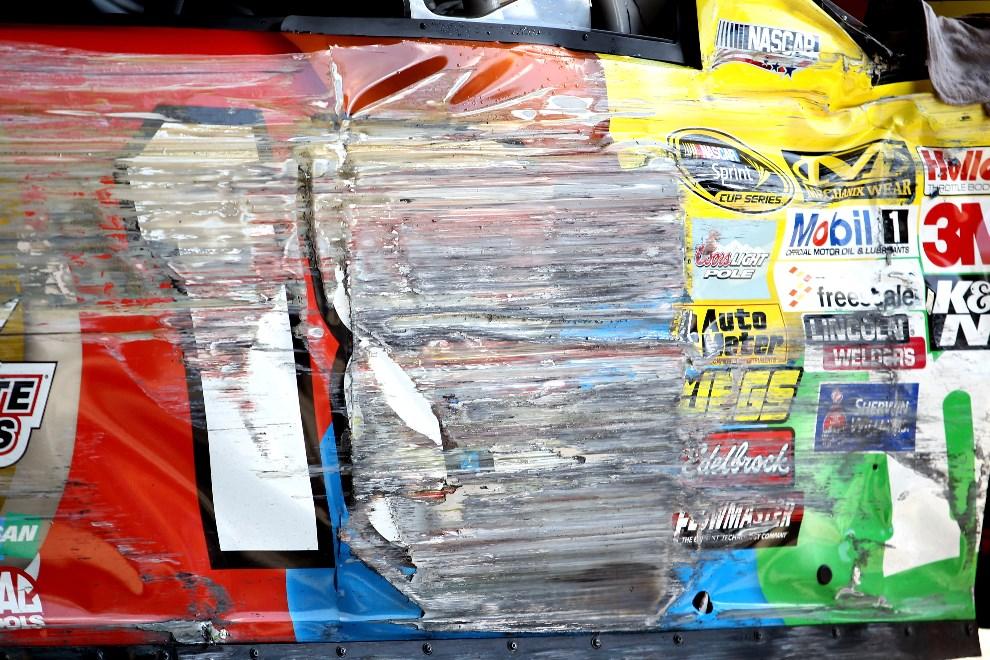 28.USA, Dover, 1 czerwca 2014:  Toyota zespołu M&M's Peanut Butter po zjechaniu z toru wyścigów serii NASCAR. (Foto: Todd Warshaw/Getty Images)