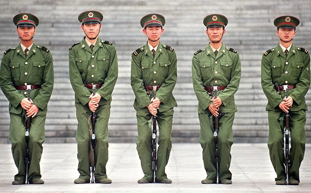 29.CHINY, Pekin, 4 czerwca 1998: Żołnierze podczas musztry na placu Tiananmen. AFP PHOTO/Stephen SHAVER