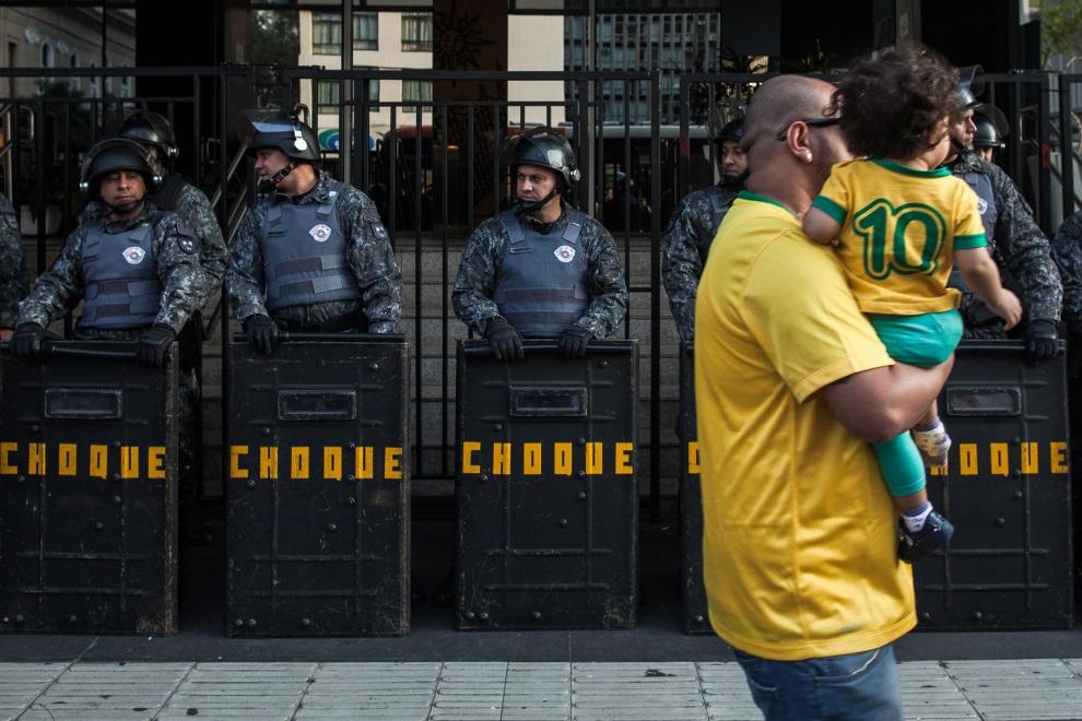 29. BRAZYLIA, Sao Paulo, 23 czerwca 2014: Policjanci zabezpieczający protest w centrum Sao Paulo. (Foto: Victor Moriyama/Getty Images)