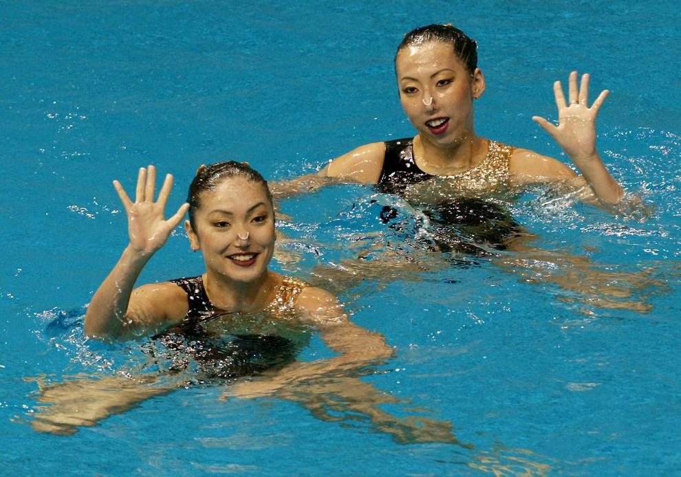 2.KOREA POŁUDNIOWA, Pusan, 2 października 2002: Japońskie pływaczki synchroniczne pozdrawiają widzów kibicujących na zawodach. AFP PHOTO/Torsten BLACKWOOD