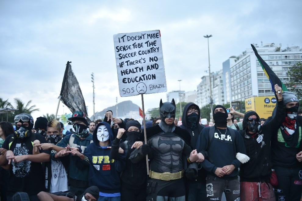 2.BRAZYLIA, Rio de Janeiro, 12 czerwca 2014: Anty-mundialowy protest na ulicach Rio. AFP PHOTO/YASHUYOSHI CHIBA