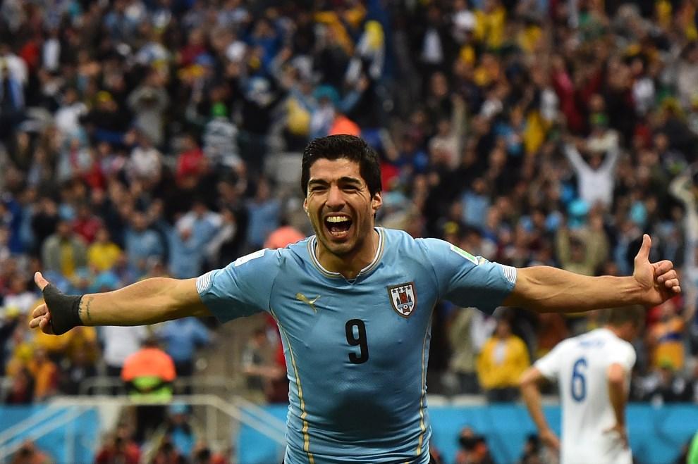 2.BRAZYLIA, Sao Paulo, 19 czerwca 2014: Luis Suarez cieszy się z bramki zdobytej w meczu Urugwaj – Anglia. AFP PHOTO / BEN STANSALL