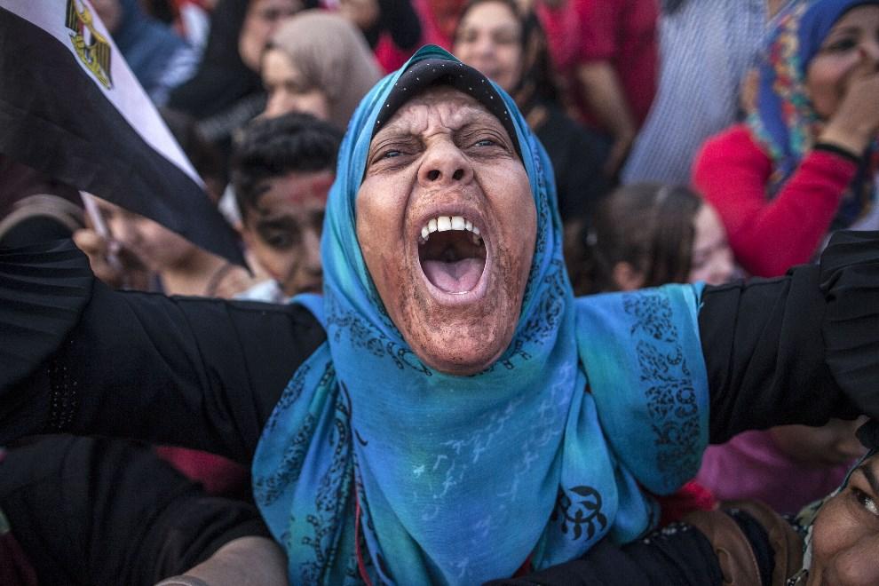 2.EGIPT, Kair, 3 czerwca 2014: Kobieta cieszy się z wyniku wyborów prezydenckich. AFP PHOTO / MAHMOUD KHALED