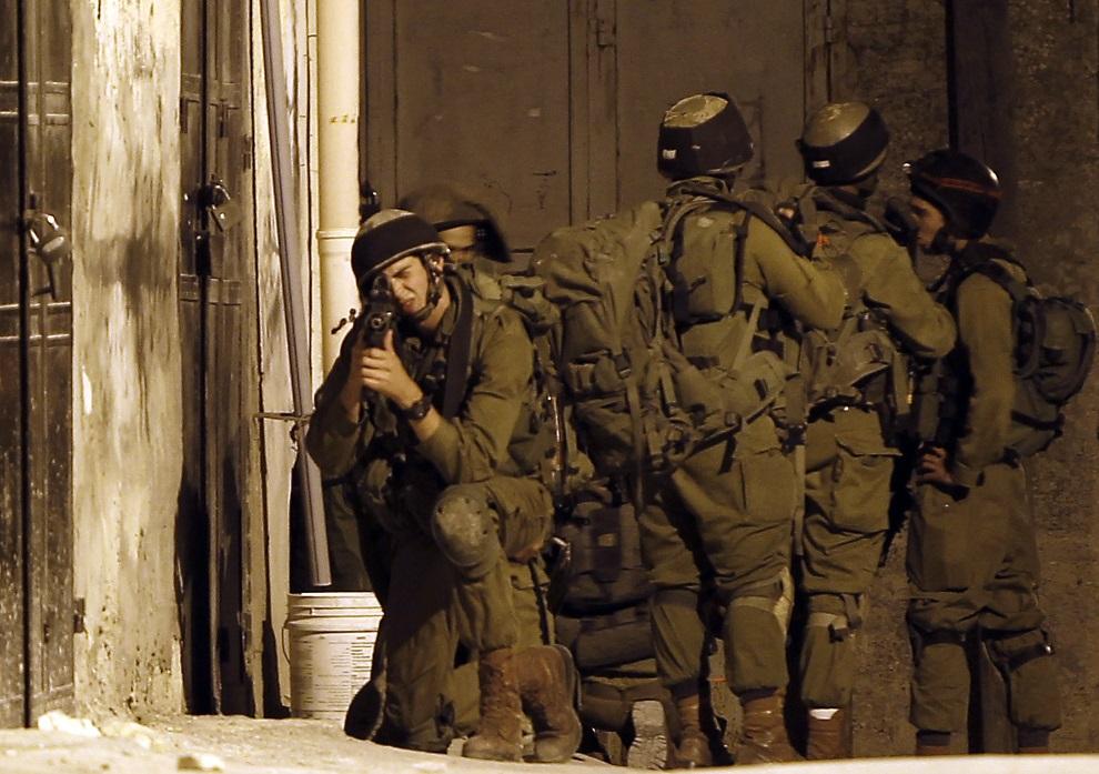 2.ZACHODNI BRZEG, Awarta, 26 czerwca 2014: Izraelski oddział poszukujący trójki chłopców prawdopodobnie uprowadzonych przez Hamas. AFP PHOTO/JAAFAR ASHTIYEH