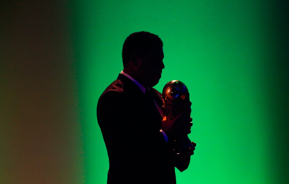 2.BRAZYLIA, Rio de Janeiro, 10 czerwca 2014: Ronaldo (Nazario) z trofeum podczas ceremonii otwarcia. (Foto: Alexandre Schneider/Getty Images)