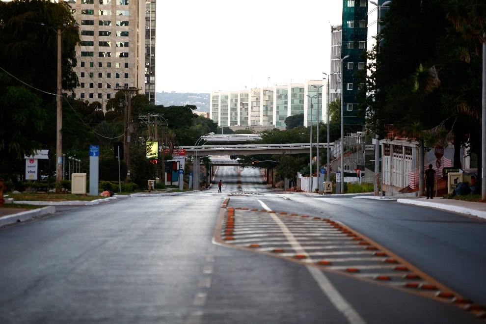 2.BRAZYLIA, Brasilia, 12 czerwca 2014: Ulica w centrum stolicy Brazylii w czasie trwania meczu otwarcia. (Foto: Phil Walter/Getty Images)