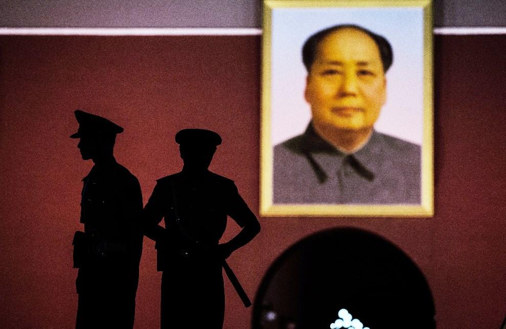 2.CHINY, Pekin, 2 czerwca 2014: Funkcjonariusze sił bezpieczeństwa pod portretem Mao Zedonga. (Foto: Kevin Frayer/Getty Images)