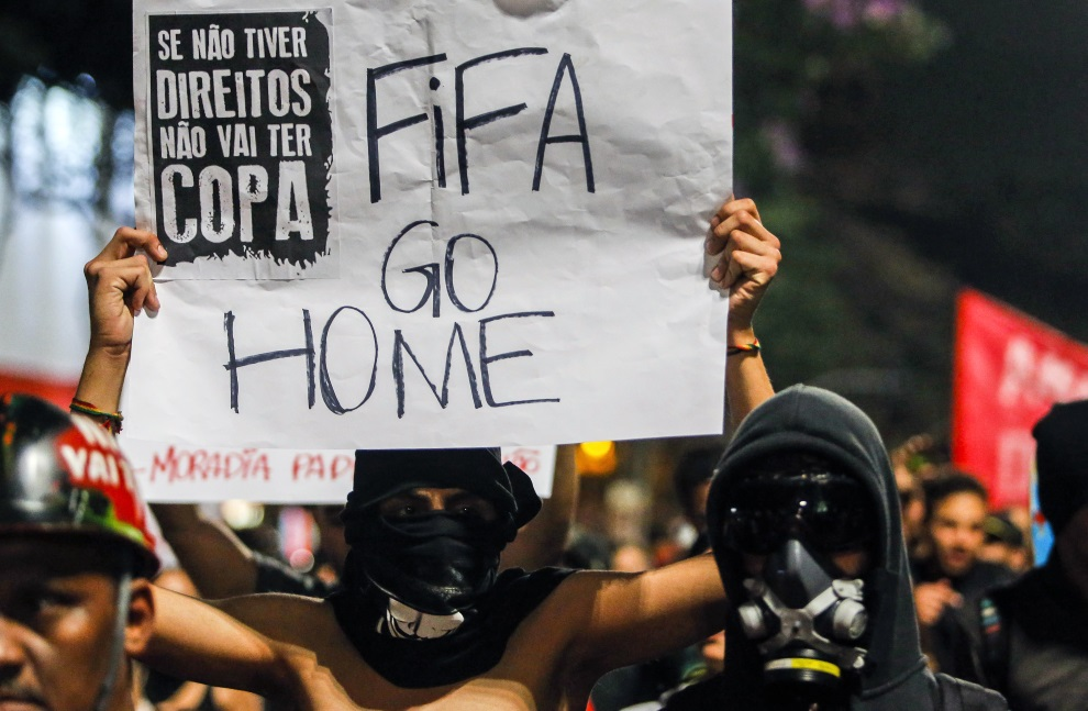 30. BRAZYLIA, Sao Paulo, 23 czerwca 2014: Przeciwnicy organizacji mundialu demonstrujący w Sao Paulo. AFP PHOTO / Miguel SCHINCARIOL