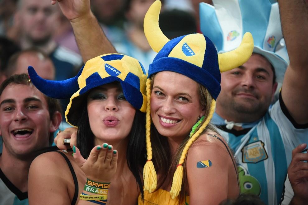 30.BRAZYLIA, Rio de Janeiro, 15 czerwca 2014: Bośniackie kibicki na trybunach stadionu Maracana. AFP