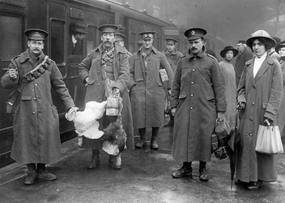 30.WIELKA BRYTANIA,  1914: Rekruci z drobiem na stacji kolejowej. (Foto: Hulton Archive/Getty Images)