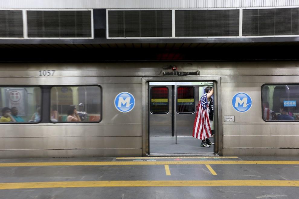 30.BRAZYLIA, Rio de Janeiro, 15 czerwca 2014: Amerykański kibic w metrze. (Foto: Joe Raedle/Getty Images)