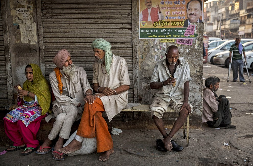 30.INDIE, Delhi, 21 maja 2014: Ludzie pijący popołudniową herbatę. (Foto: Kevin Frayer/Getty Images)