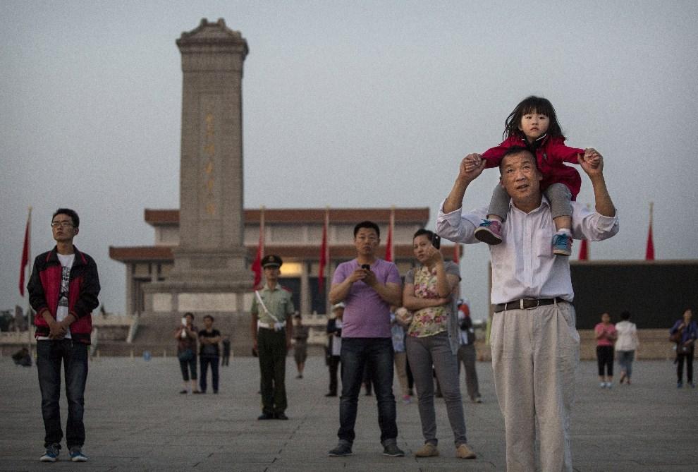 30.CHINY, Pekin, 3 czerwca 2014: Ojciec z córką na placu Tiananmen. (Foto: Kevin Frayer/Getty Images)