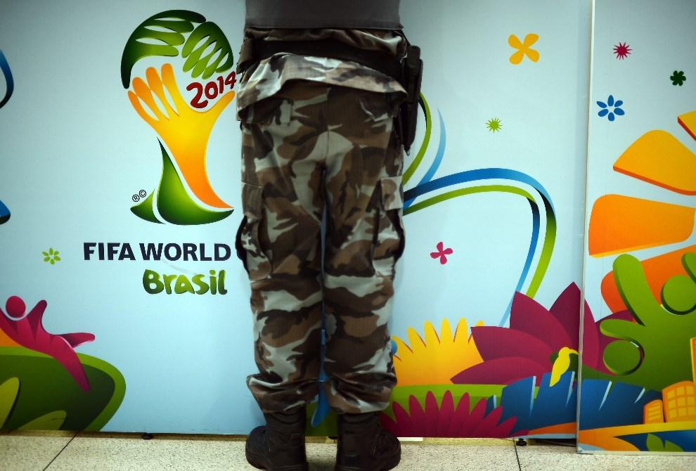 31.BRAZYLIA, Sao Paulo, 10 czerwca 2014: Funkcjonariusz odbierający akredytację. AFP PHOTO/Jewel Samad