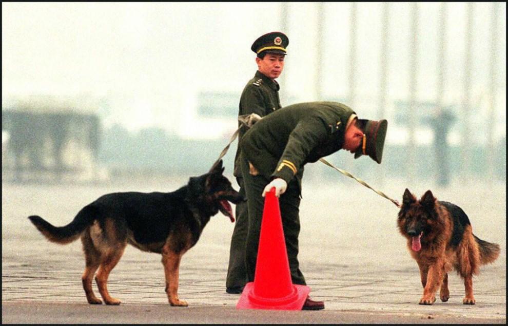31.CHINY, Pekin, 25 lutego 1997: Policjanci patrolujący plac Tiananmen podczas uroczystości pogrzebowych Deng Xiaopinga. AFP PHOTO/Robyn BECK