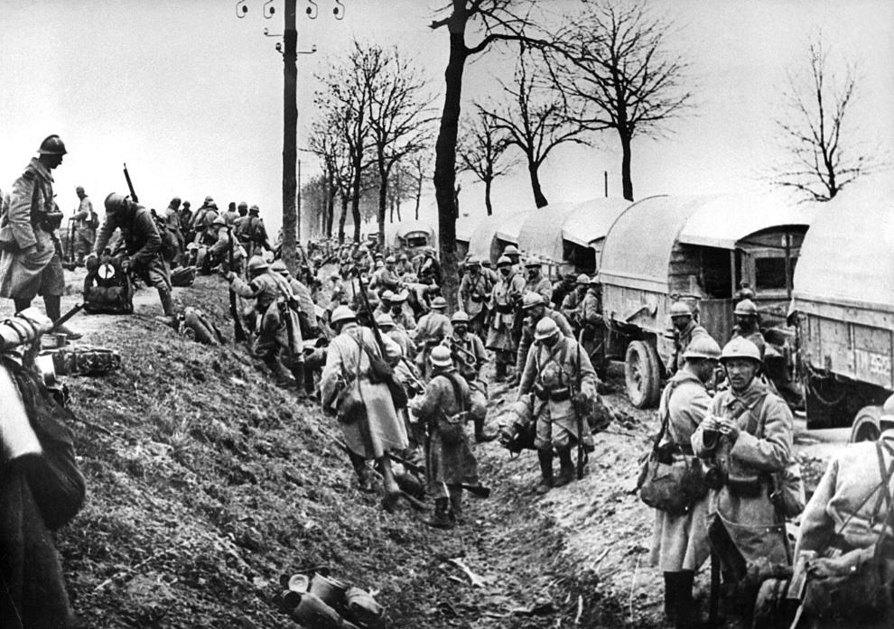 31.FRANCJA, Verdun, 1916: Francuscy żołnierze rozładowujący ciężarówki pod Verdun. AFP