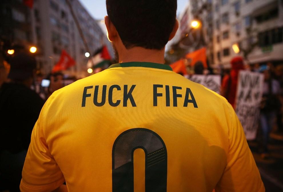 31.BRAZYLIA, Rio de Janeiro, 15 czerwca 2014: Uczestnik anty-mundialowych protestów. (Foto: Mario Tama/Getty Images)