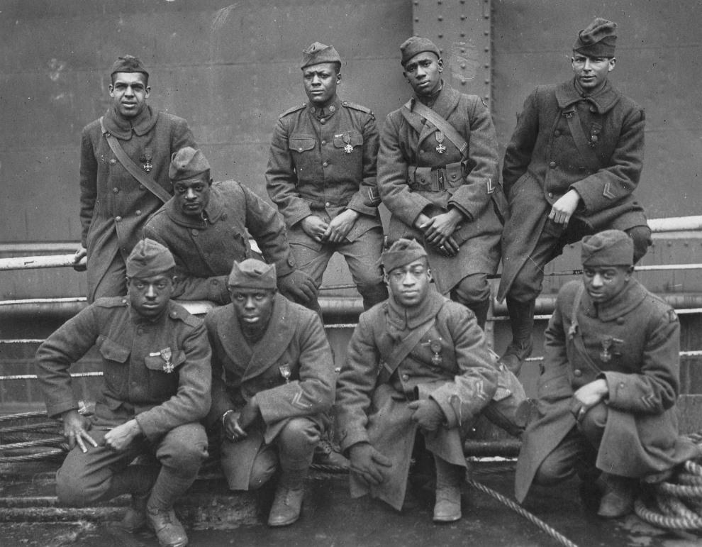 32.USA, Waszyngton, 1919: Odnzaczeni żołnierze z 369. regimentu (15th NY), którzy walczyli pod Croix de Guerre. Od lewej do prawej (pierwszy rząd): szeregowy Ed   Williams, Herbert Taylor, szeregowy Leon Fraitor, szeregowy Ralph Hawkins. (drugi rząd) sierżant. H. D. Prinas, sierżant Dan Strorms, szeregowy Joe Williams, szeregowy  Alfred Hanley, and kapral T. W. Taylor. AFP PHOTO/HO