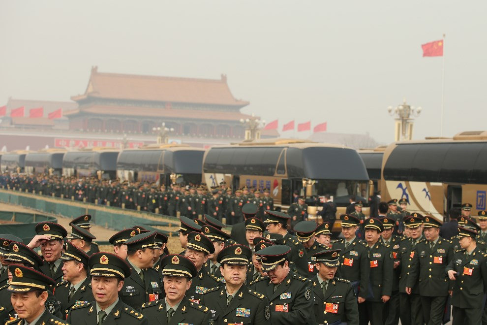 33.CHINY, Pekin, 8 marca 2014: Delegaci wojskowi przechodzą z placu Tiananmen do Wielkiej Hali Ludowej (budynek parlamentu). (Foto: Feng Li/Getty Images)