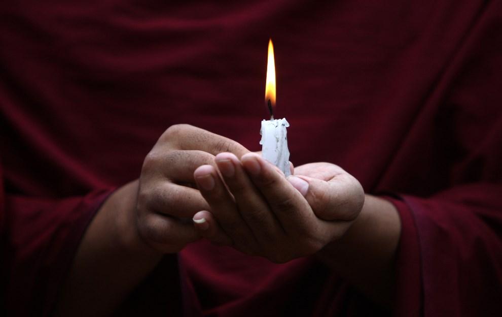 38.NEPAL, Katmandu, 5 czerwca 2014: Tybetańczyk, przebywający na wygnaniu, podczas modlitw za ofiary z placu Tiananmen w 20. rocznicę wydarzeń. AFP PHOTO /   Prakash MATHEMA
