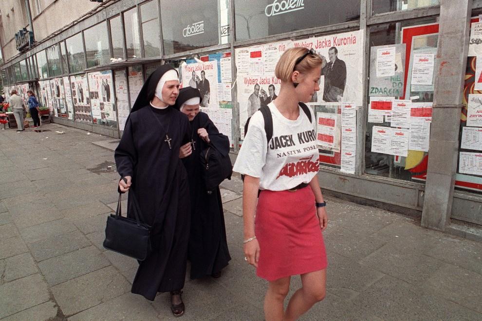 39.POLSKA, Warszawa, 4 czerwca 1989: Kobieta w koszulce popierającej kandydata Solidarności – Jacka Kuronia, w dniu wyborów kontraktowych. AFP PHOTO WOJTEK   DRUSZCZ