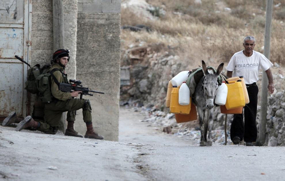3.ZACHODNI BRZEG, Awarta, 26 czerwca 2014:  Izraelscy żołnierze poszukujący trójki chłopców prawdopodobnie uprowadzonych przez Hamas. AFP PHOTO/JAAFAR ASHTIYEH