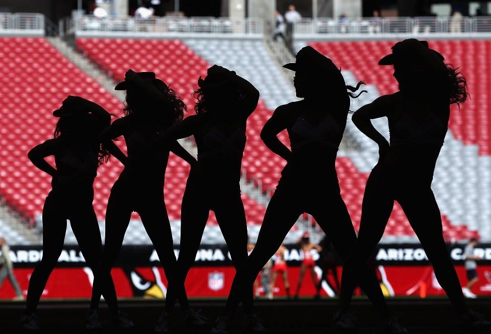3.USA, Glendale, 6 listopada 2011: Pięć cheerleaderek zespołu Arizona Cardinal's. (Foto: Christian Petersen/Getty Images)